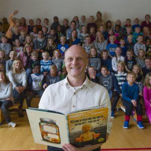 Nordiska biblioteksveckan och författarbesök av Stian Hole: Författare Stian Hole besöker barnetrinnet och högläser för elever och lärare på skolan ur boken Garmanns sommar. Projektet Nordisk biblioteksvecka är ett högläsningsevenemang, där samma texter läses högt samtidigt i alla nordiska och baltiska länder. Över 2000 skolor och bibliotek deltar i projektet. Grundkonceptet är enkelt: tänd ett ljus och läs en bok. Därefter kan skolorna göra större evenemang under hela veckan. Mer information finns på hemsidan: www.bibliotek.org